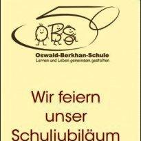 """Titelbild des Flyers: """"Wir feiern unser Schuljubiläum 1964 - 2014"""". Darüber das Schulloge (OBS als Strichmännchen - das S scheint sogar im Rollstuhl zu sitzen. Darunter """"Oswald-Berkhan-Schule"""" - Leben und Lernen gemeinsam gestalten"""