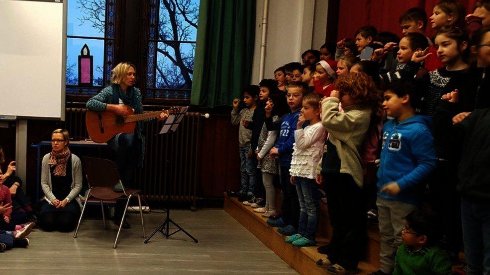 Die Koop-Klasse singt Weihnachtslieder