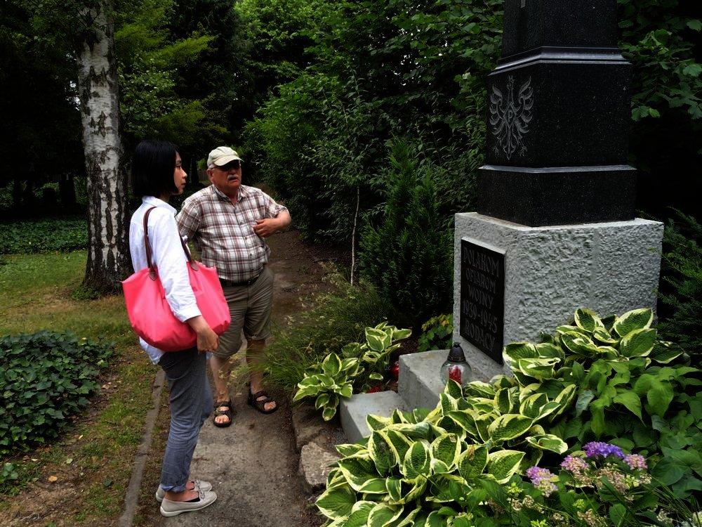 Vor dem Denkmal toter polnischer Zwangsarbeiter
